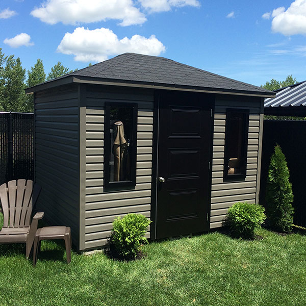 Our four-sided roof shed is entirely made in Quebec by Cabanons Boyer. Several choices of colours and sizes available.